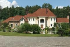 Загородный дом с благоустроенной территорией.